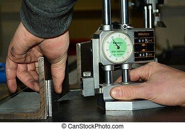 Hoehenmessgeraet - Metallstueck wird mit Hoehenmessgeraet...