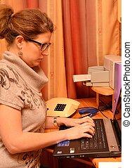 Junge Dame am Computer - Schreibkraft arbeitet im Buero am...
