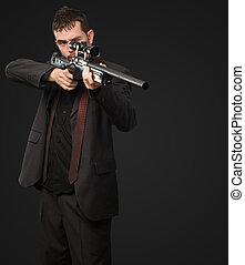 joven, hombre, Apuntar, con, rifle