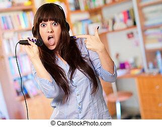 retrato, de, Un, joven, hembra, con, Un, micrófono