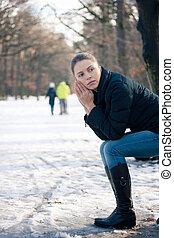 deprimido, jovem, mulher, sentando, banco, Ao ar livre,...