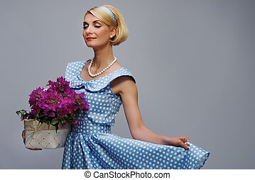 encantador, mulher, azul, Vestido, cesta, flores