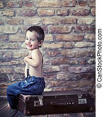 pequeno, criança, tocando, mala