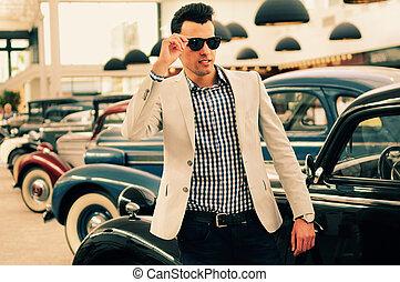 atractivo, hombre, Llevando, chaqueta, camisa, viejo, coches