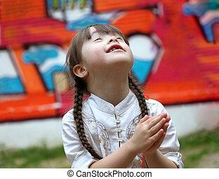 Retrato, bonito, jovem, menina, orando, pátio recreio