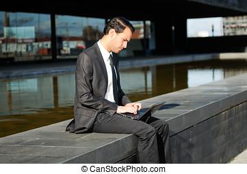 商人, 膝上型, 坐, 電腦, 地板