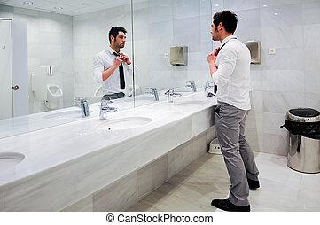 homem, obtendo, vestido, público, restroom, espelho