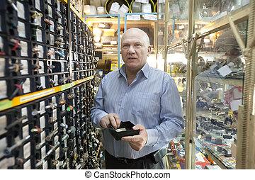 hombre, chooses, cierres, Automóvil, partes, Tienda