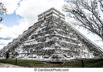 Mayan pyramid of Kukulcan El Castillo in Chichen-Itza...
