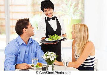 feliz, camarera, porción, clientes