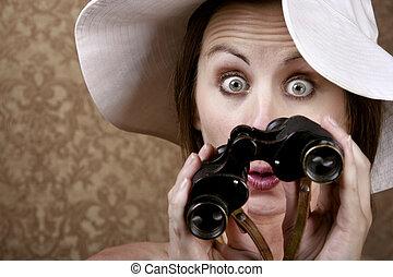 mujer, gafas de sol, binoculares
