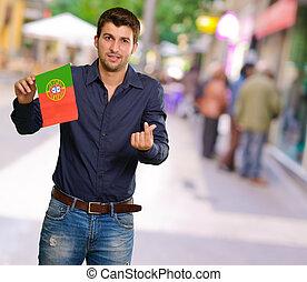 jovem, homem, segurando, PORTUGAL, bandeira, Gesticule