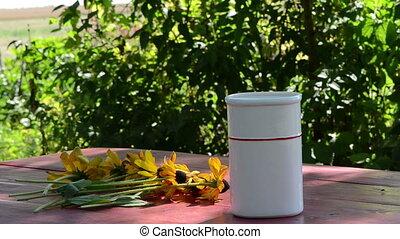 hand dap vase flower