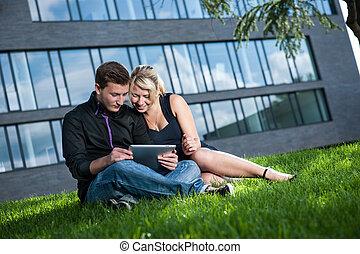 zwei Geschftsleute besprechen ein Projekt am Tablet Computer...