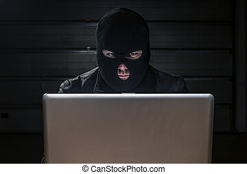hacker,  compuiter, atrás de, mascarado, sentando