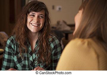 jovem, mulheres, falando