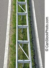 Vangrail langs de snelweg - Metalen vangrail tussen de...