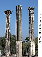 Corinthian columns - Ruin of ancient corinthian columns in...