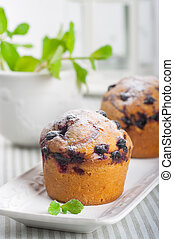 Muffins with black currant and mint