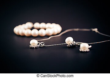 Earings and necklace with pearls jewel