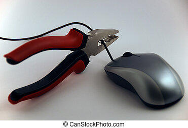 Pliers cutting mouse cable