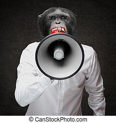 hombre, con, mono, cabeza, gritos, por, megáfono