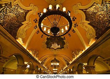 Estaci?n de Metro en Mosc?, Rusia - Palaciegas, imponentes,...