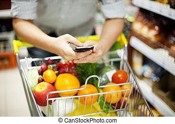 hombre, texting, Durante, compras