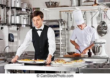 camarero, y, Chef, trabajando, en, cocina