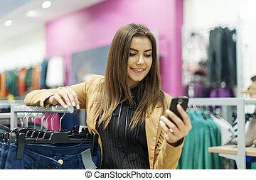 jovem, mulher, leitura, texto, mensagem, shopping, centro...