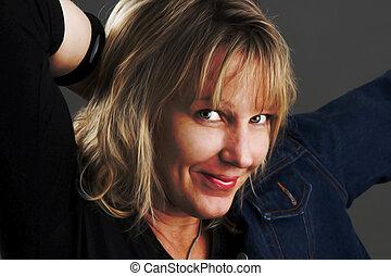 Jeansjacke - Eine Frau Mitte Dreissig mit blonden,...