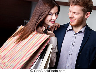feliz, mujer, novio, después, compras