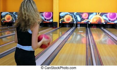 Girl throws bowling ball to beat pair of skittles, but missed