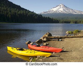 Red Yellow Kayaks on Shore Trillium Lake Mount Hood Oregon -...