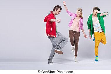 alegre, amigos, joven, juntos, bailando