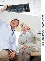 radiologist, e, paciente, olhar, em, Raio X