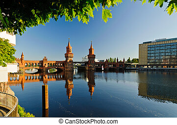 oberbaum bridge berlin - oberbaum bridge over spree river in...