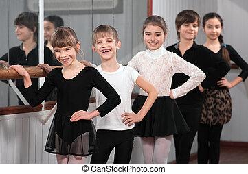 grupo, niños, posición, ballet, Barre