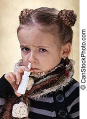pequeno, menina, gripe, usando, nasal, Pulverizador
