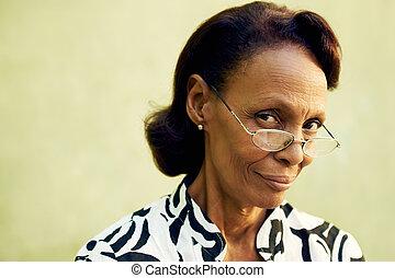 retrato, Confiado, viejo, negro, dama, lentes, sonriente