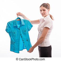 mujer, chooses, blusa