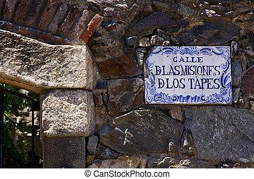 calle de las misiones de los tapes - a plate and a brick...