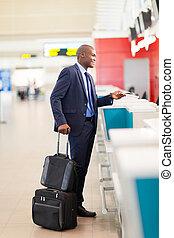 homem negócios, ficar, aeroporto, cheque