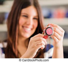 nuevo, mujer, reloj de pulsera, compra, feliz