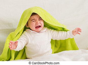 llanto, bebé, con, toalla, en, el, cabeza