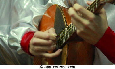 Playing the lute