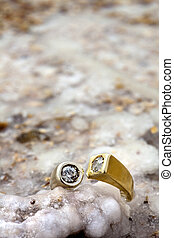 Ring on Salty Rock - A gold/white gold ring inlaid with...