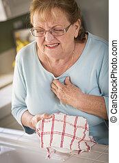 Sênior, adulto, mulher, em, pia, com, peito, dores