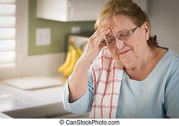 triste, chorando, Sênior, adulto, mulher, em, cozinha,...