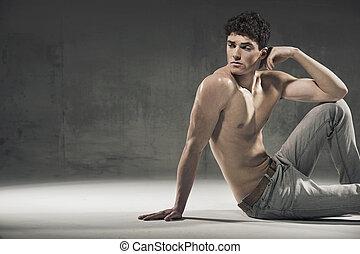 calma, muscular, hombre, Mirar, Algo